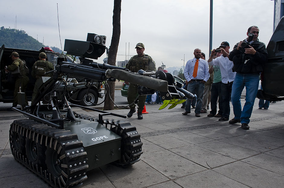 A remote bomb disposal robot is deployed to diffuse the bomb threat at Banquedano station.